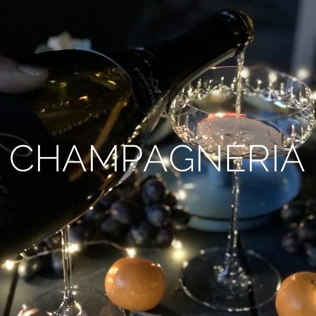 champagne versato nel bicchiere